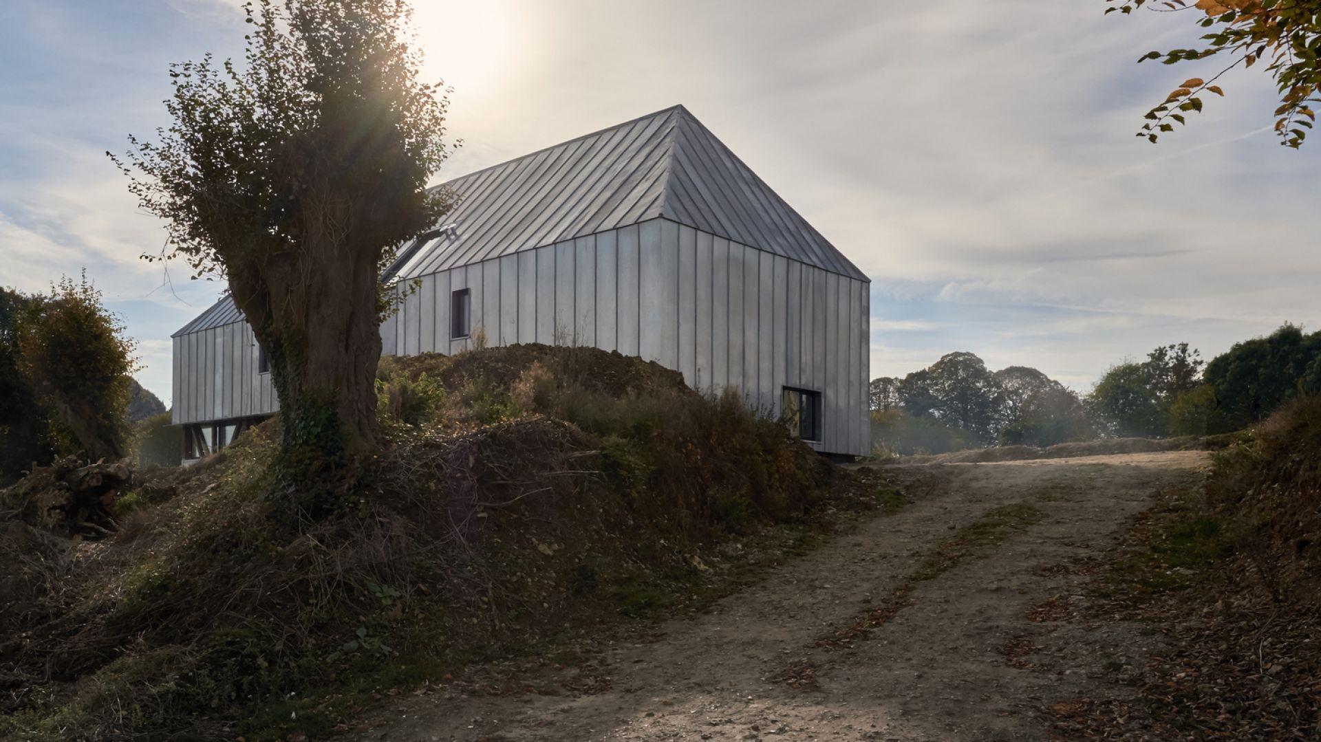 Ta oryginalna rezydencja wyróżnia się prostym wyglądem i bardzo rustykalnym, wiejskim stylem. Jednak zanim stała się w pełni funkcjonalnym i pięknym domem musiała przejść gruntowną renowację. Fot. The Barn, Antonin Ziegler