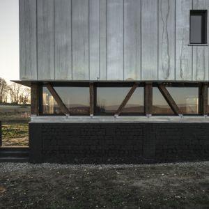 orzucony i zaniedbany budynek w latach swojej świetności pełnił funkcję zwykłe małej stodoły, czy też nawet i magazynu, gdzie trzymano pasze dla koni roboczych. stąd drewno i ocynkowana blacha na elwacji. Fot. The Barn, Antonin Ziegler