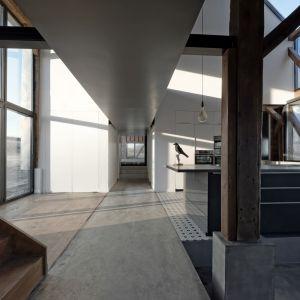 Wszystkie pomieszczenia leżą bezpośrednio pod drewnianym zadaszeniem, takie jak kiedy strzechy siana, w miejscu, gdzie były przechowywane. Fot. The Barn, David Boureau