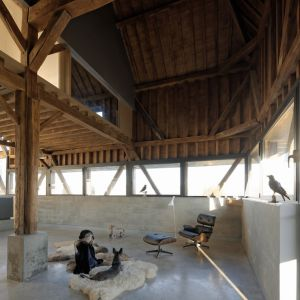 Z dawnego budynku jedynie udało się uratować i odnowić tylko oryginalną drewnianą konstrukcję budynku, którą architekt postanowił wyeksponować najbardziej we wnętrzu rezydencji. Fot. The Barn, David Boureau