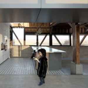 Przeszklenia zostały tak zaprojektowane, aby wpuścić ja najwięcej światła i jednocześnie nie zaburzyć stylu wiejskiego budynku. Fot. The Barn, David Boureau