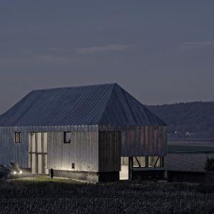 """Dach i ściany zostały wykonane z ocynkowanej blachy, aby zachować typową, monolityczną architekturę wiejską. Wyjątkiem jest pozostawienie  kilku otwartych miejsc, gdzie dla odmiany """"wydziera się"""" drewniana konstrukcja oraz okna. Fot. The Barn, David Boureau"""