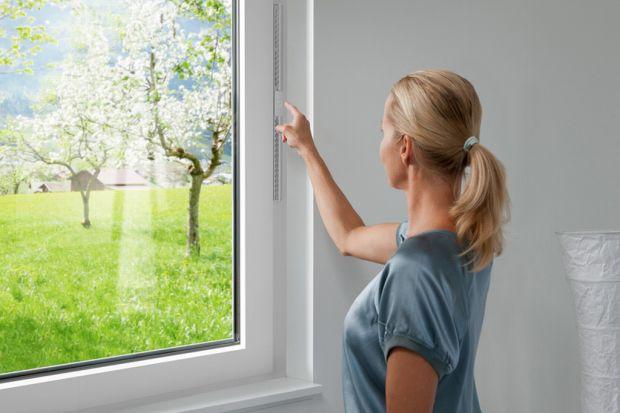 Indywidualne. Automatyczne. Zdrowe. Dzięki nowym technologiom nie musisz myśleć owietrzeniu. Zapomnij o alergii! Automatyczne nawiewniki okienne zapewniają beztroską radość ze świeżego powietrza bez konieczności otwierania okien. <br />&
