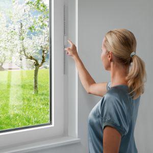 Prawidłowa wentylacja to jedna z podstawowych zasad dbania o dom i jego mieszkańców. Odpowiedni i regularny dopływ świeżego powietrza świetnie wpływa na samopoczucie i zdrowy sen, podtrzymuje dobry nastrój, dostarcza energii. Fot. Internorm