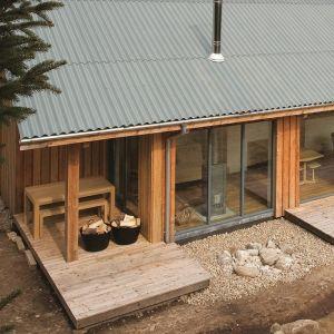 Zarówno dla domów jednorodzinnych, jak i budynków gospodarczych ciekawe rozwiązanie stanowią nowoczesne płyty faliste z włóknocementu. Ze starszymi dachami wykorzystującymi azbest łączy je tylko atrakcyjny, falisty kształt. Poza tym, jest to produkt w pełni bezpieczny i wytrzymały. Fot. Creaton Polska