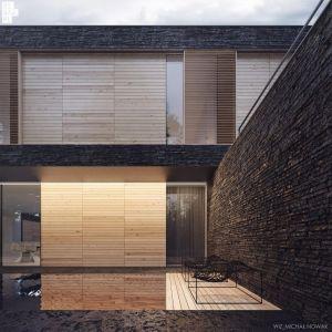 Na piętrze od strony ulicy znajduje się zadaszony taras, a okna zostały przysłonięte drewnianymi przesuwnymi żaluzjami. Fot. 81.waw.pl
