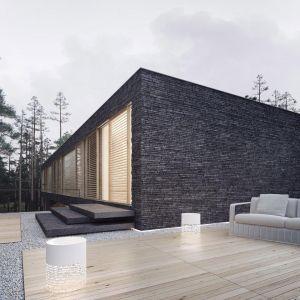 Dom można było postawić tylko na jednym fragmencie wyznaczonego terenu, aby więc w pełni wykorzystać możliwości zabudowy działki, zaprojektowano odpowiednio przystosowany parter. Fot. 81.waw.pl