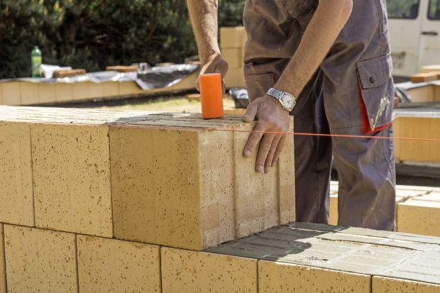Przy wyborze materiałów wznoszeniowych do budowy domu energooszczędnego trzeba zwrócić uwagę na dwa ważne rzeczy.