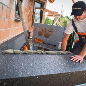 Podstawowe wyroby ze styropianu używane w budownictwie to płyty do ocieplenia ścian zewnętrznych, fundamentów, stropów i podłóg oraz dachów płaskich i stromych. Fot. Termo Organika