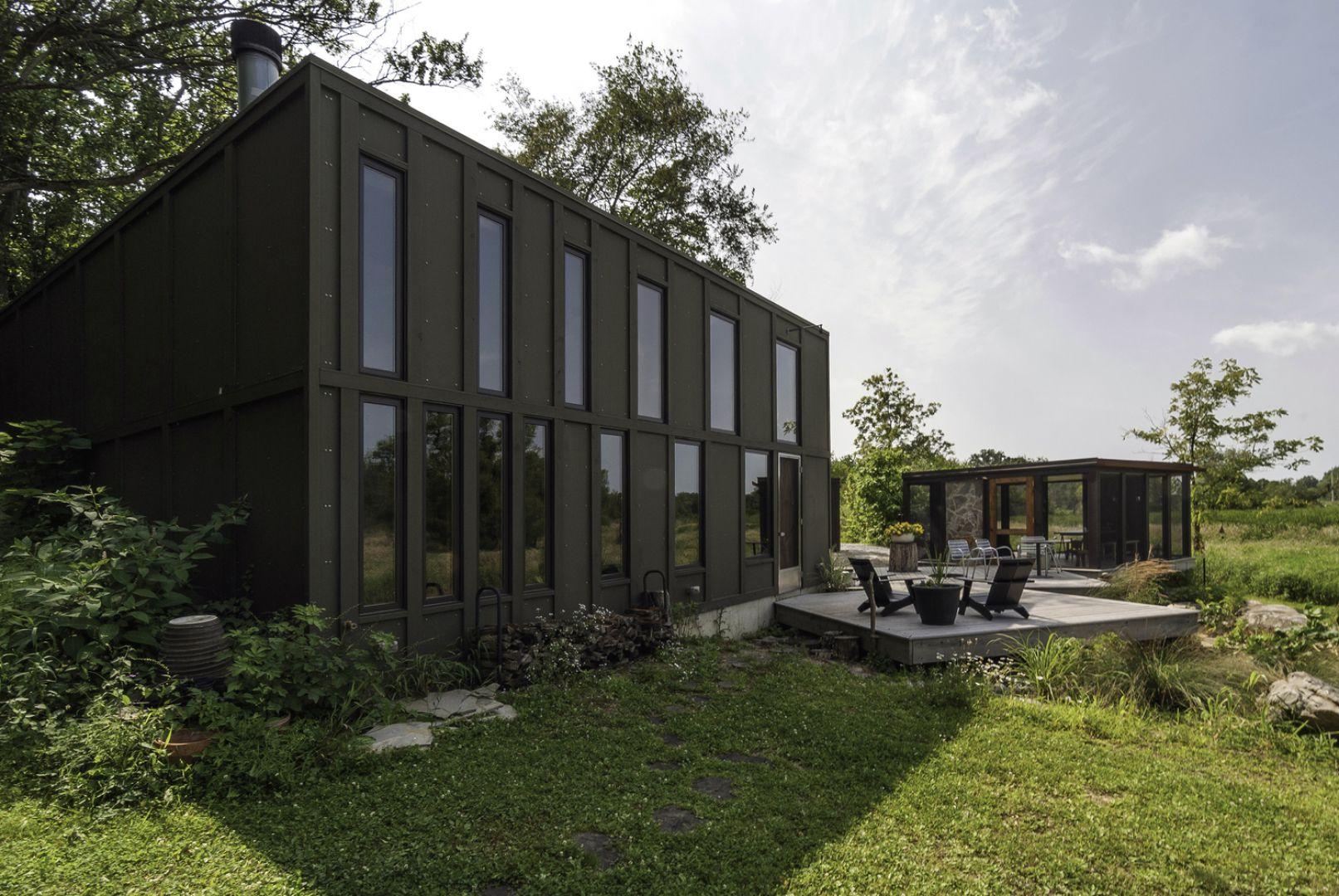 Przy wyborze materiałów niezbędnych do wzniesienia tego domu, architekci kierowali się zarówno ich przystępnością cenową, ale też chcieli uzyskać jak najbardziej naturalny wygląd domu, wkomponowującego się w otaczającą okolice. Fot. Graham Sandelski