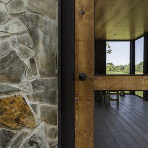 Także drzwi wejściowe zostały wykonane z powalonego drzewa orzechowego, znalezionego na terenie budowy. Fot. Graham Sandelski