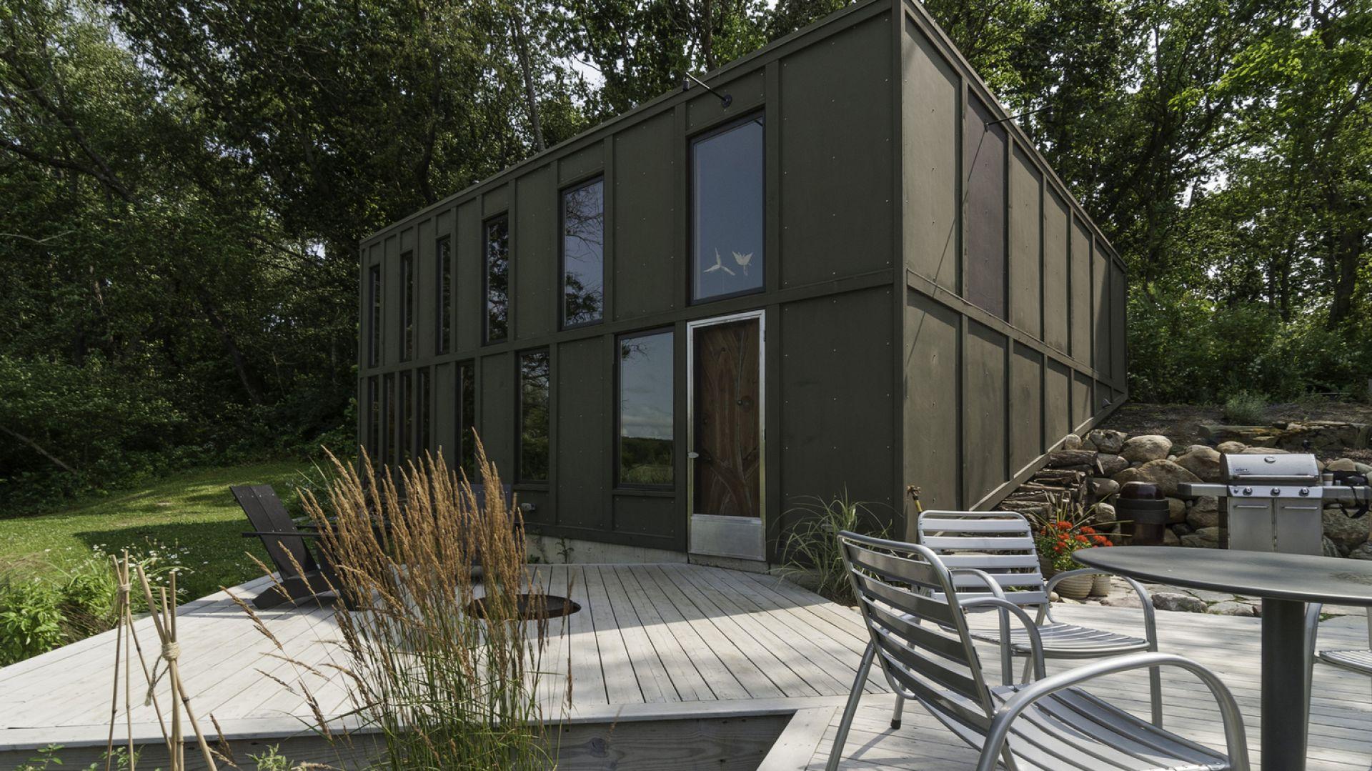 """""""Box"""" jest nietypowym domem, który jest urzeczywistnionym marzeniem właściciela. Pragnął on małego domku z tarasem oraz widokiem na rozlewisko otoczone dziewiczymi terenami podmokłymi. Fot. Graham Sandelski"""