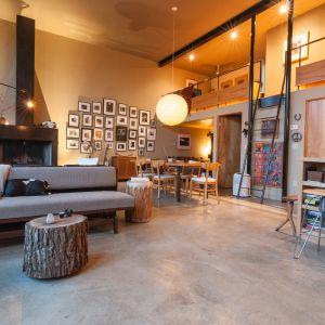 Architekci chcieli wykorzystać w pełni potencjał tkwiący w tym malowniczym miejscu, i związać z nim zbudowany dom, wykorzystując dostępne materiały i surowce.  Fot. Graham Sandelski