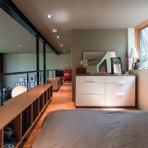 Wyżej, na antresoli mieści się otwarta sypialnia i domowe biuro oraz łazienka z prysznicem. Fot. Graham Sandelski