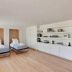 Wnętrza domu urządzono w jasnym, minimalistycznym stylu. Dominuje w nich biel ocieplona jasnym drewnem. Fot. Paul Warchol