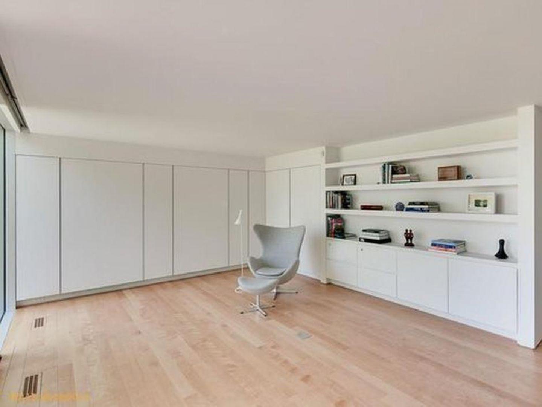 Skromnie umeblowane wnętrza to większa przestrzeń. Dodatkowo wrażenie przestronności wzmagają białe ściany i duże przeszklenia, dostarczające wiele naturalnego światła. Fot. Paul Warchol