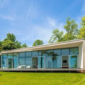 """Nowoczesny, """"szklany"""" dom położony jest na północno-wschodnim wybrzeżu USA. Fot. Paul Warchol"""