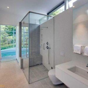 Łazienkę również urządzono w białych kolorach. Podobnie jak w pozostałych pomieszczeniach nie ma tu zbędnych elementów wystroju wnętrz. Fot. Paul Warchol