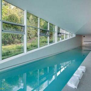 Dużą zaletą szklanego domu jest kryty basen. Nawet gdy na zewnątrz pogoda nie dopisuje mieszkańcy mogą się relaksować w wodzie. Fot. Paul Warchol