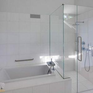 W jednej z łazienek zamontowano niewielką wannę i kabinę prysznicową. Fot. Paul Warchol