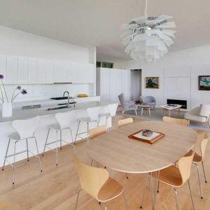 W jadalni, połączonej z kuchnią i salonem, ustawiono jedynie prosty stół i kilka drewnianych krzeseł. Fot. Paul Warchol