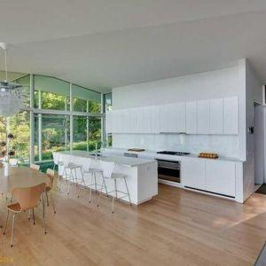 Kuchnię urządzono w bieli. Dzięki temu meble dobrze wtapiają się w ściany, nie zabierając cennej przestrzeni. Fot. Paul Warchol