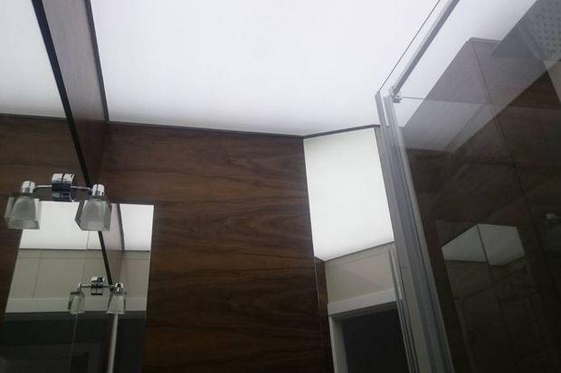 Łazienka jest pomieszczeniem o podwyższonym poziomie wilgotności. Dlatego warto zastanowić się nad instalacją sufitu odpornego na działanie wilgoci. Jednym z rozwiązań, które sprawdzą się w łazience jest montaż wodoodpornego sufitu napinaneg