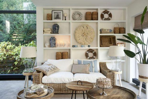Charakterystyczna dla stylu marynistycznego jest biel i jasne beże urozmaicone pastelowymi dodatkami nawiązującymi do barw morskich głębin. Wiklinowe sofy z obitymi białym płótnem siedziskami, jak również meble z bielonego drewna. Na tkaninach p