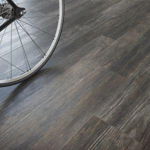 Podłoga wyglądająca jak ciemne drewno, będąca synonimem elegancji i odważnego charakteru, będzie doskonałym punktem wyjścia do aranżacji powierzchni w różnych stylach. Świetnie sprawdzi się we wnętrzach zarówno o charakterze kolonialnym, jak i minimalistycznym. Fot. Opoczno