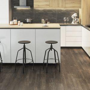 Znakomitym pomysłem na piękną i ponadczasową podłogę, są płytki gresowe wyglądem do złudzenia przypominające drewno. Poza walorami estetycznymi i uniwersalnym wyglądem, są one również niezwykle praktyczne. Fot. Opoczno