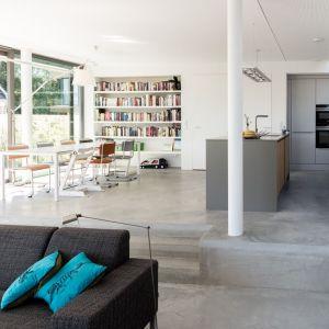 Wnętrze są jasne z otwartym planem, co potęguję efekt jasnego, doświetlonego domu. Dodatkowo po stronię ekologicznej, dobrze osłonecznionej, znajdują się przeszklenia, które zacierają granice między strefą wewnętrzną i zewnętrzną. Fot. GAAGA