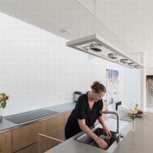 Na dolnej kondygnacji znajduje się otwarta kuchnia połączona z jadalnią i salonem. Fot. GAAGA