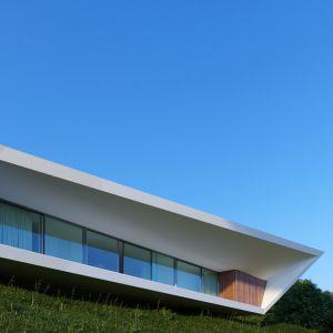 Panoramiczne okna zostały zamontowane na całej długości z obu stron domu, na frontowej i tylnej fasadzie. Dzięki temu mieszkańcom towarzyszy uczucie pełnej otwartości i jedności z otaczającą ich naturą. Fot. Mussabekova Ulbossyn