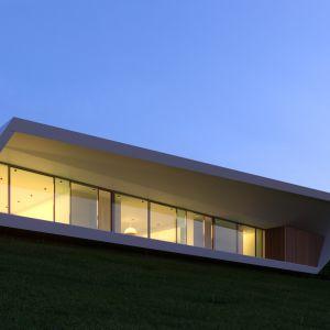 """Architekci ze studia Nravil Achitects projektując rezydencję """"White Line"""" starali się aby jej bryła była jak najprostsza, a zarazem wzbudzała jak największe zainteresowanie i ciekawość wśród odwiedzających. Fot. Mussabekova Ulbossyn"""