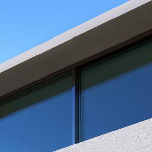 Architekci nie zapomnieli także o tym by zapewnić mieszkańcom prywatności. Przeszklenia odbijają delikatnie światło zewnętrzne, dzięki czemu odzwierciedlają chmury i otaczające drzewa, zapewniając dyskrecję w środku wnętrza. Fot. Mussabekova Ulbossyn