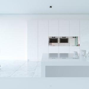 Wnętrze domu jest zaaranżowane w prosty sposób. Monochromatyczny biały kolor we pomieszczeniach maksymalizuje poczucie otwartej i dużej przestrzeni, dzięki czemu łatwo jest się zrelaksować. Fot. Mussabekova Ulbossyn