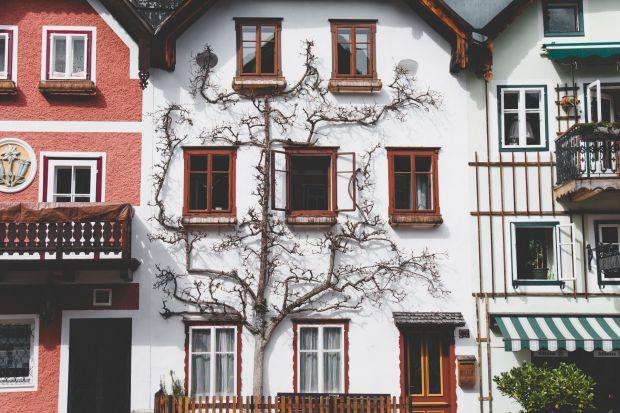 Wiadomym jest, że o gustach się nie dyskutuje. Jednak planując remont mieszkania własnościowego w centrum miasta niestety należy dostosować swoje preferencje do wymogów obowiązujących aktów prawnych i uchwał wspólnoty mieszkaniowej. Zbyt swob