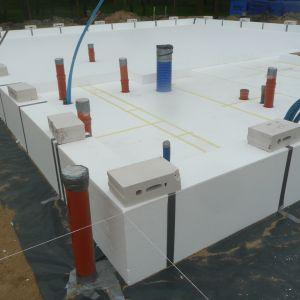 Budowa domu na takiej płycie jest prosta, tania, bezpieczna i skutecznie umożliwia pozyskiwanie darmowej energii z gruntu  oraz skutecznie eliminuje straty ciepła w budynku. Odpowiednio przygotowany grunt pod budynkiem i prawidłowo ocieplona płyta fundamentowa daje osłonięcie gruntu od warunków zewnętrznych. Fot. FS Arbet