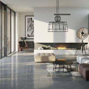 Do nowoczesnych wnętrz idealnie pasują płytki gresowe wkolorze szarym, grafitowym ibiałym. To modne zestawienie barw świetnie wpisze się wwystrój idących zduchem czasu apartamentów, mieszkań w stylu industrialnym i loftowym, a także w popularny styl skandynawski. Fot. Opoczno