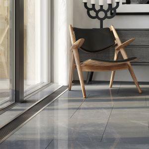Gładka powierzchnia podłogi zniejednolitą strukturą marmuru – zcieniami iżyłkami – zapewni spektakularny efekt dekoracyjny. Fot. Opoczno