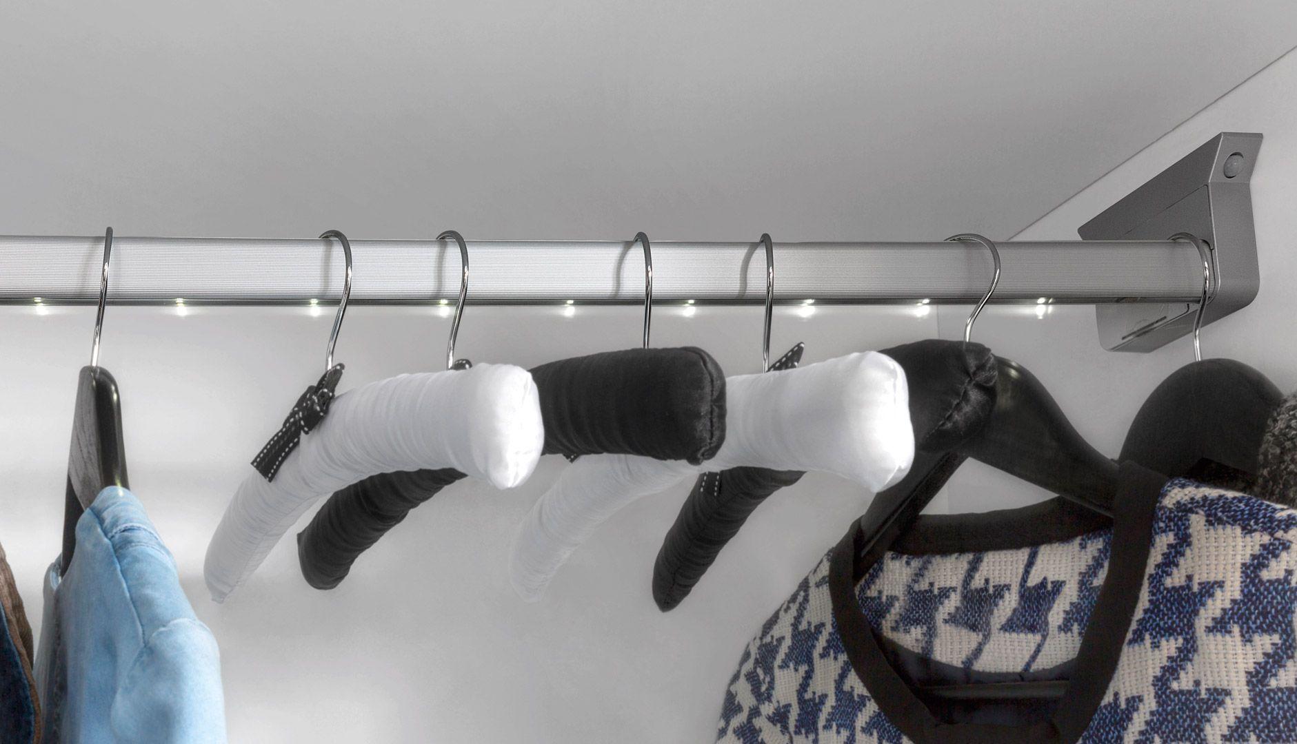 Dobór odpowiedniego wyposażenia pozwoli zachować większy porządek i z łatwością znaleźć każdą rzecz, a rozmiar szafy, który można samodzielnie wybrać, będzie ogromnym ułatwieniem dla tych którzy poszukują szafy do mniejszego, jak i większego wnętrza. Fot. BRW