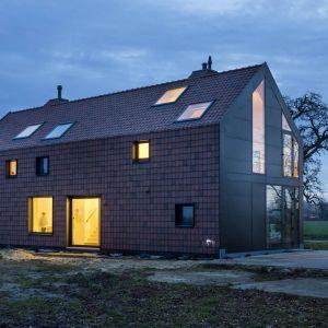 """Dom """"Jelenia Farma"""" położona jest w typowym gospodarstwie rolnym w Holandii. Znajdował się tam historyczny, holenderski dom wiejski o charakterystycznej długiej jednolitej fasadzie przechodzącej z dachu na elewacje. Fot. Koen Broos"""