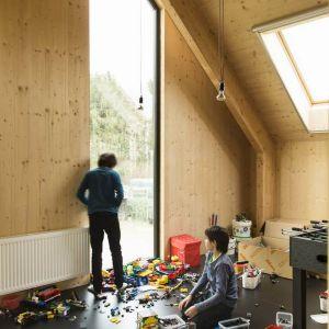 """Architekci nie zapomnieli o komforcie, nadając pomieszczeniom lekkości i wpuszczając dużo naturalnego światła, co stoi w opozycji do typowej """"niedoświetlonej"""" farmy holenderskiej. Fot. Koen Broos"""