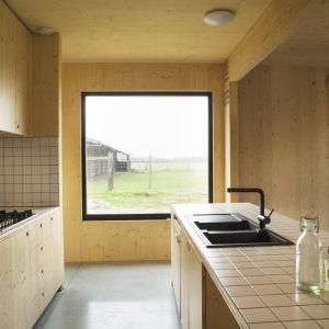 Aranżacje wnętrz biura, ale też i typowych pomieszczeń mieszkalnych od salonu po kuchnię i łazienkę zostały w pełni wykonane na zamówienie. Fot. Koen Broos