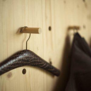 Architekci zdecydowali się na drewniane wykończenie domu ze względu na ograniczony budżet i krótki czas realizacji. Poza tym nawiązuje ona do starej konstrukcji drewnianej typowego holenderskiego gospodarstwa rolnego. Fot. Koen Broos