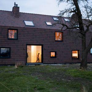 Na jeleniej farmie, stał stary dom wiejski pochodzący z końca XIX wieku, z typową długą fasadą. Klienci chcieli przeprowadzić renowację tego domku tak aby dostosować do własnych potrzeb. Fot. Koen Broos