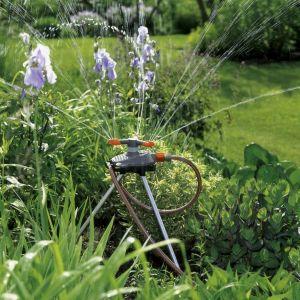 Posiadanie ogrodu to przede wszystkim duża odpowiedzialność wymagająca dobrego zorganizowania czasu pracy przez cały rok, a w szczególności w sezonie letnim, kiedy należy dbać o regularne nawodnienie ogrodu. Fot. Gardena