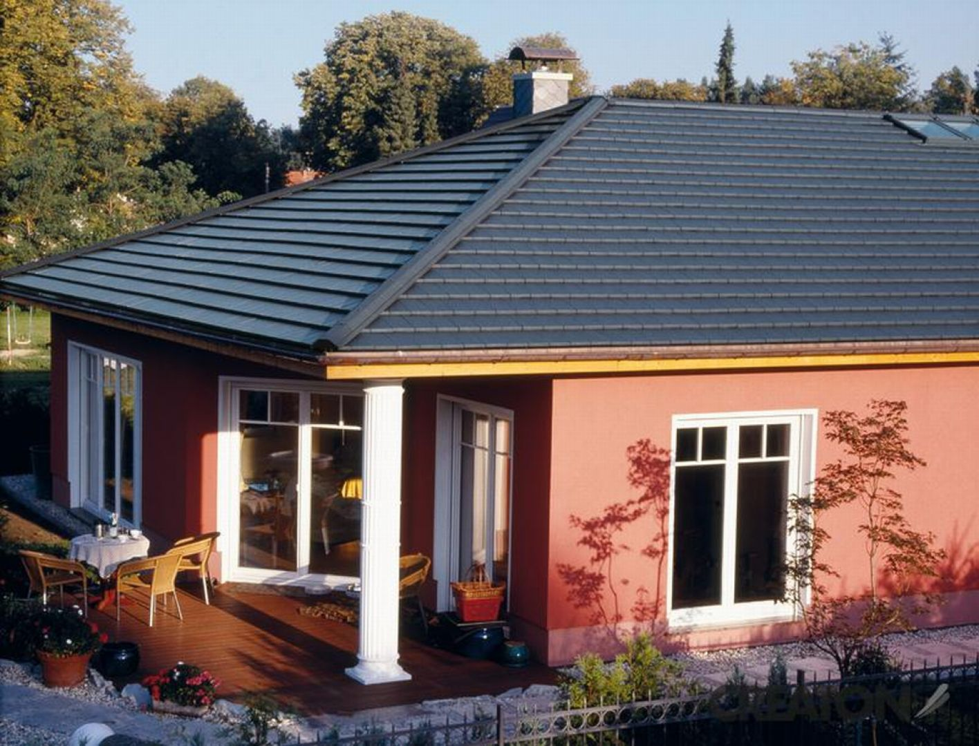 Coraz częściej Polacy decydują się na kompaktowe formy budynków mieszkalnych, w których cała powierzchnia użytkowa jest starannie przemyślana i zagospodarowana. Fot. Creaton