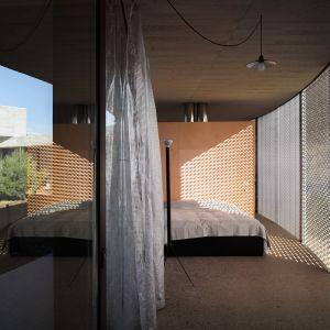 W ten sposób wnętrze jest chronione przed światem zewnętrznym, a zarazem zapewnia otwarcie poszczególnych pomieszczeń na otaczająca przyrodę. Fot. Bas Princen