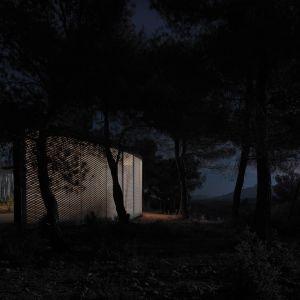 """Solo House"""" to nietypowa rezydencja wiejska położona w środku dziewiczego lasu w górzystym regionie Matarraña, dwie godziny jazdy na południe od Barcelony. Fot. Bas Princen"""